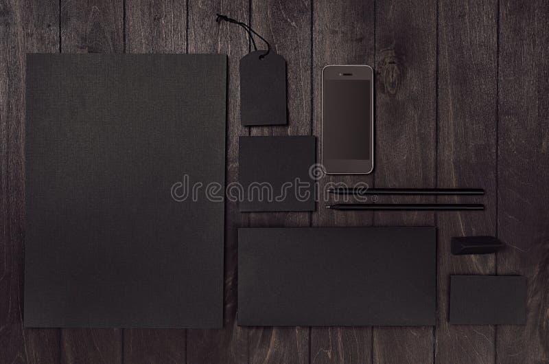 Modello di lusso di identità corporativa con l'insieme in bianco nero dell'articolo di cartoleria, telefono sul bordo di legno di fotografia stock