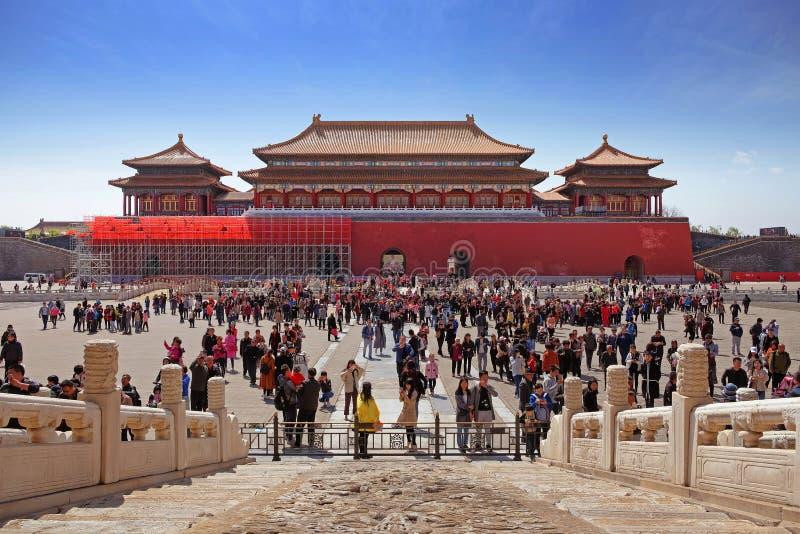 Modello di marmo davanti ad un quadrato ammucchiato dentro il museo del palazzo a Pechino, Cina, affrontante un portone rosso con fotografia stock