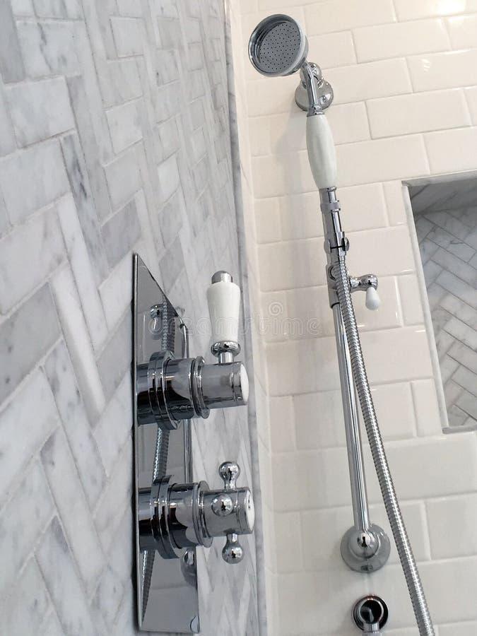 Modello di marmo della spina di pesce del pavimento della doccia fotografia stock libera da diritti