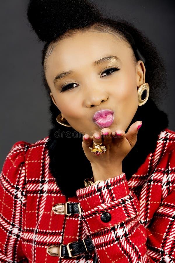 Modello di moda abbastanza africano Blowing un bacio fotografie stock libere da diritti
