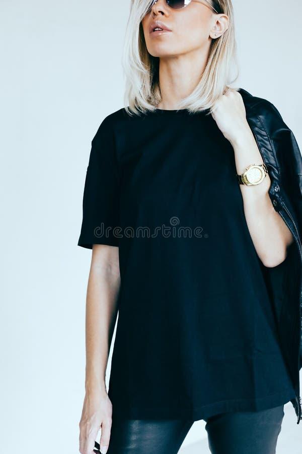 Modello di moda in abbigliamento e maglietta di cuoio fotografia stock