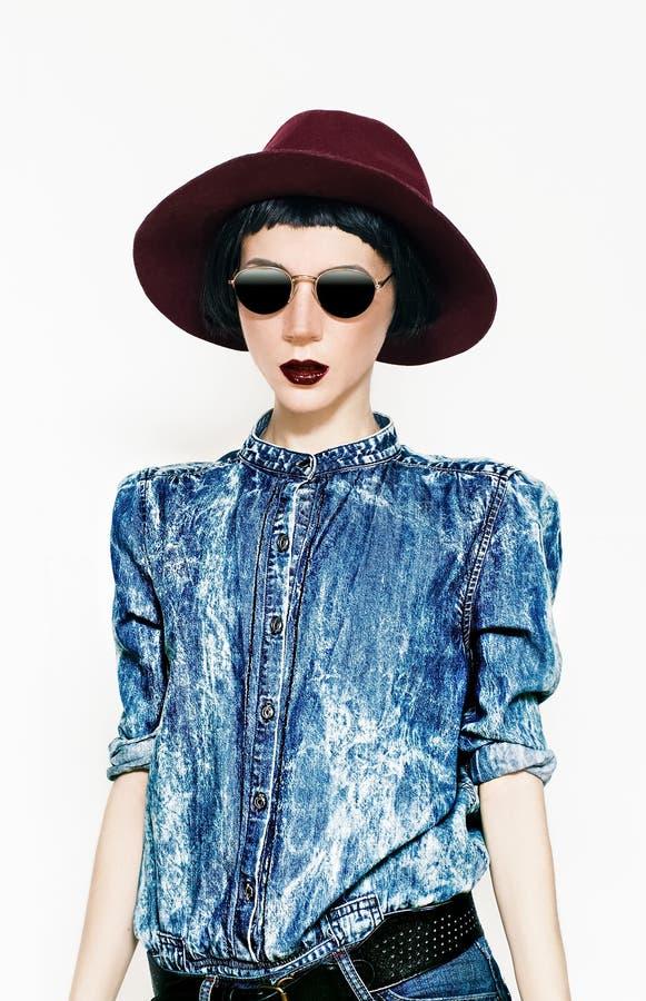 Modello di moda affascinante in un denim alla moda Stile country fotografia stock