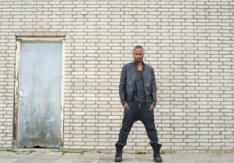 Modello di moda afroamericano che sta nell'ambiente urbano immagine stock libera da diritti