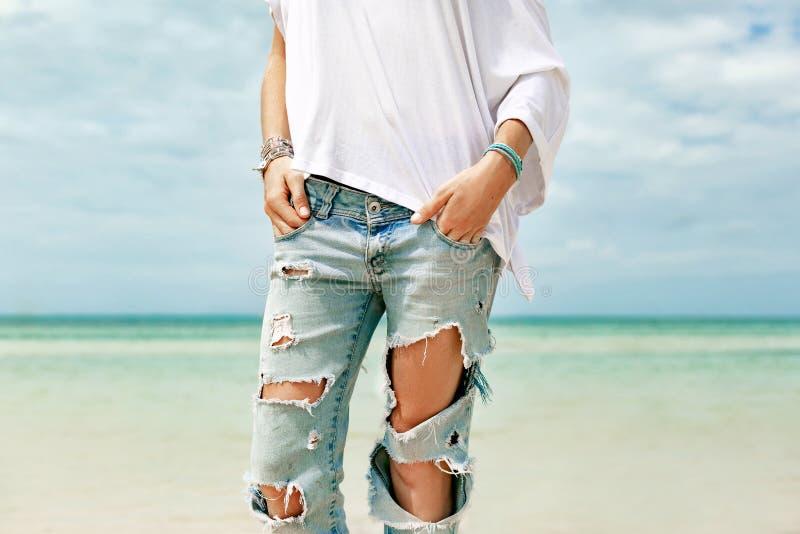 Modello di moda alla moda che posa sulla fine della spiaggia di thee su fotografia stock libera da diritti