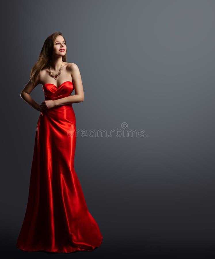 Modello di moda Beauty, donna in ritratto integrale del vestito rosso, vestito da sera di seta lungo fotografie stock