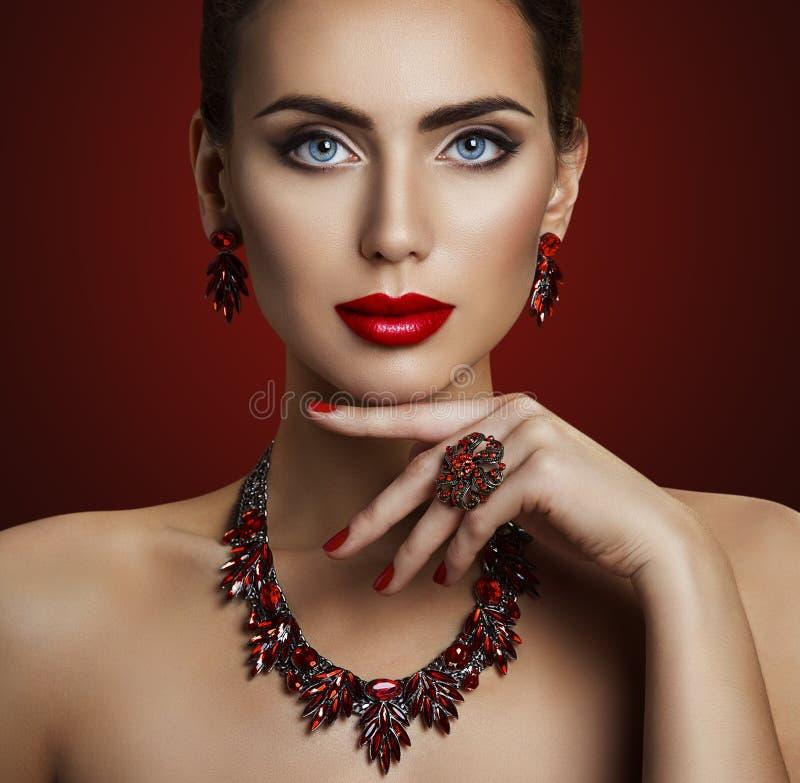 Modello di moda Beauty Makeup, gioielli di pietra rossi, retro donna fotografie stock
