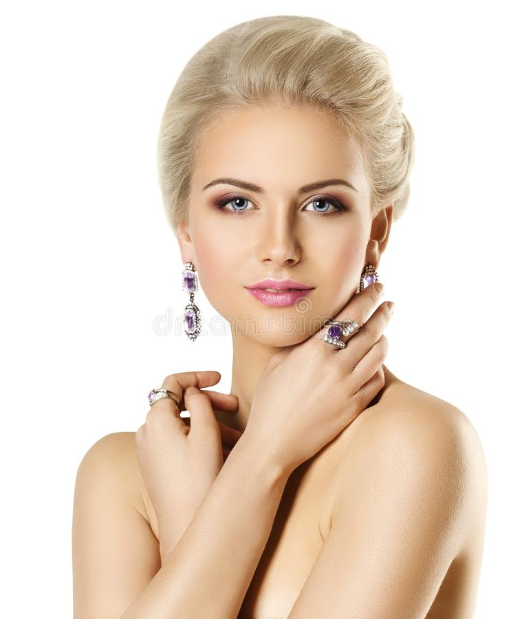 Modello di moda Beauty Portrait, anello dei gioielli della donna ed orecchino fotografia stock