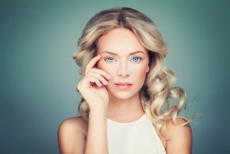 Modello di moda biondo amichevole della donna con capelli ricci fotografia stock libera da diritti