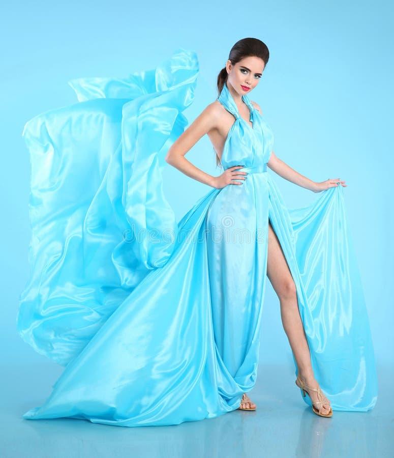 Modello di moda in blu che soffia vestito chiffon Fascino che stordisce Wo fotografia stock libera da diritti