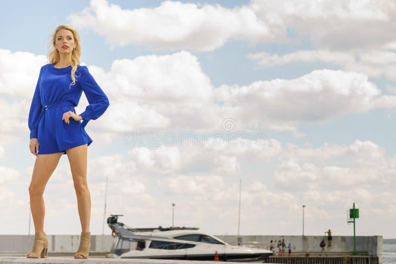 Modello di moda che porta tuta blu fotografia stock