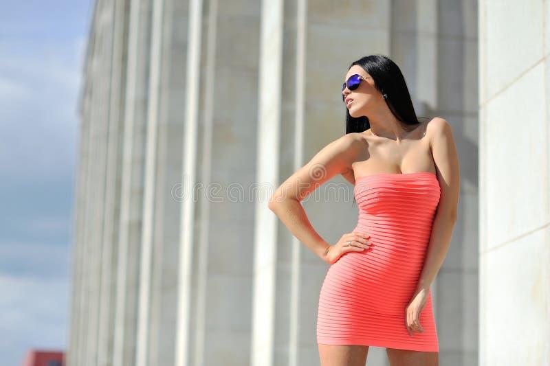 Modello di moda che posa gli occhiali da sole d'uso all'aperto immagini stock