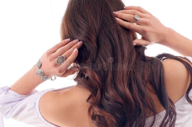Modello di moda con capelli marroni lunghi, pelle fresca, accessor d'uso fotografie stock libere da diritti