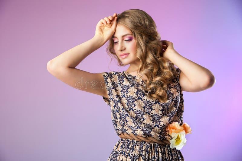 Modello di moda con i fiori, sguardo della molla immagine stock libera da diritti