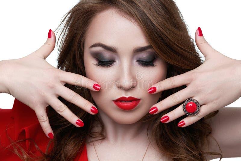 Modello di moda con rossetto ed i chiodi rossi bellezza fotografia stock libera da diritti