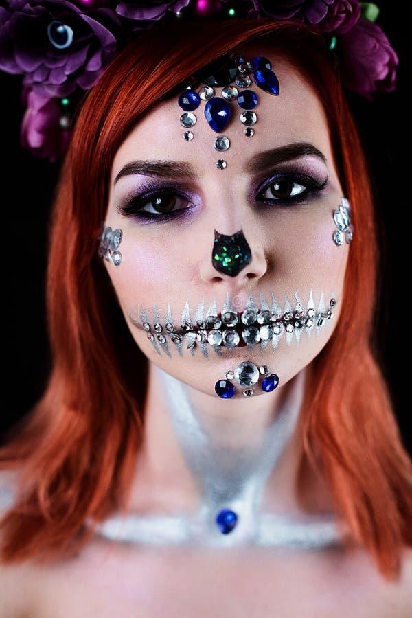 Modello di moda con trucco del cranio di Halloween con scintillio ed i cristalli di rocca immagine stock libera da diritti