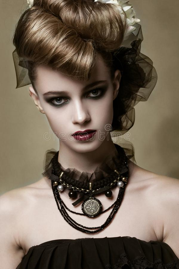 Modello di moda con trucco gotico e gioielli neri fotografia stock
