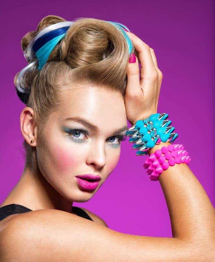 Modello di moda con trucco luminoso e l'acconciatura creativa immagine stock libera da diritti