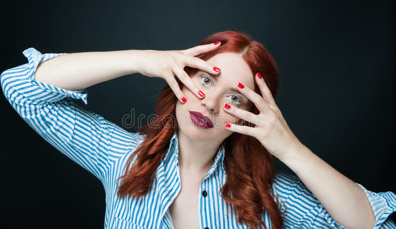 Modello di moda di bellezza con capelli rossi lunghi fotografie stock libere da diritti