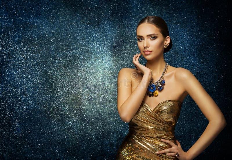 Modello di moda Face Portrait, donna elegante in gioielli della collana immagini stock