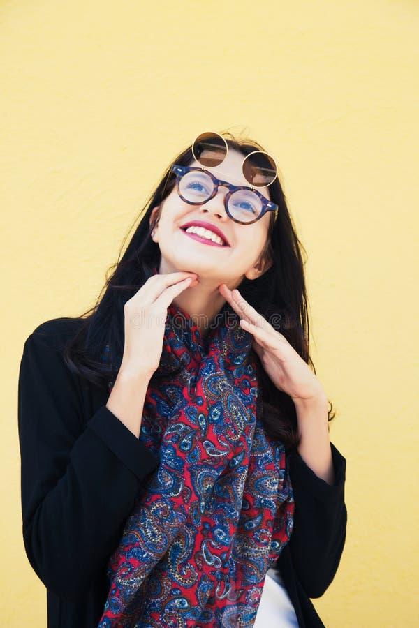 Modello di moda femminile con gli occhiali da sole fotografie stock libere da diritti