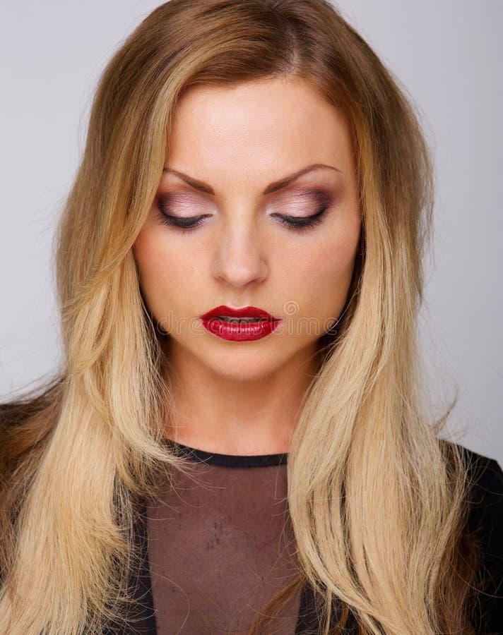 Modello di moda femminile con rossetto rosso immagini stock libere da diritti