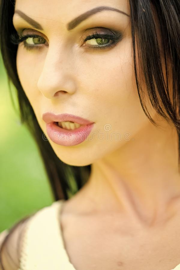 Modello di moda Girl di bellezza Sguardo di modo Giorno soleggiato della donna erotica all'aperto fotografie stock