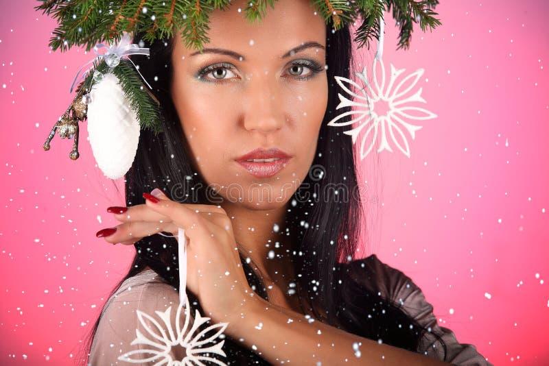 Modello di moda Girl di bellezza con il fondo di rosa dell'acconciatura dell'albero di Natale fotografia stock libera da diritti