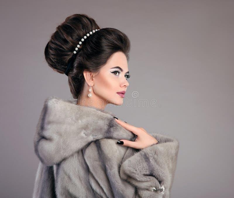 Modello di moda Girl di bellezza in Mink Fur Coat Bella donna Luxu immagini stock libere da diritti