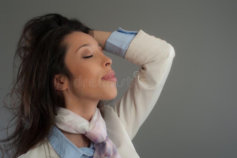Modello di moda ispano che posa allo studio Chiuda sul ritratto fotografia stock libera da diritti