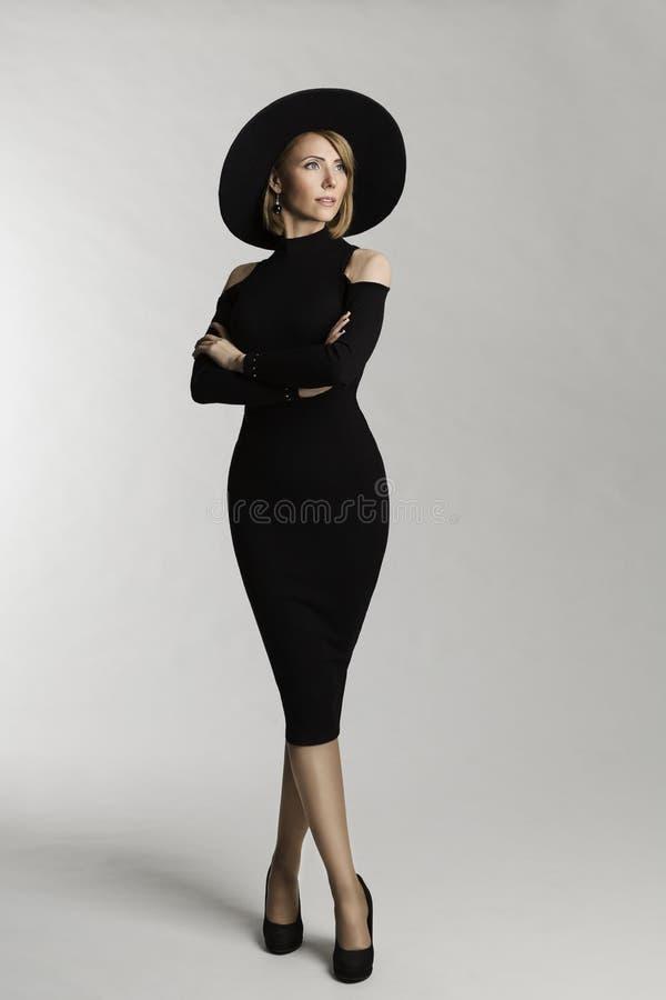 Modello di moda Long Dress, cappello largamente Brimmed, bellezza della donna elegante fotografia stock libera da diritti