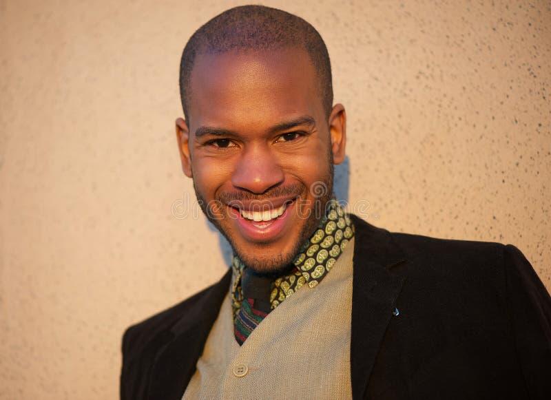 Modello di moda maschio d'avanguardia che sorride all'aperto immagine stock libera da diritti