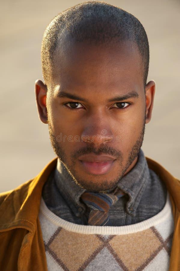 Modello di moda maschio nero bello immagine stock libera da diritti