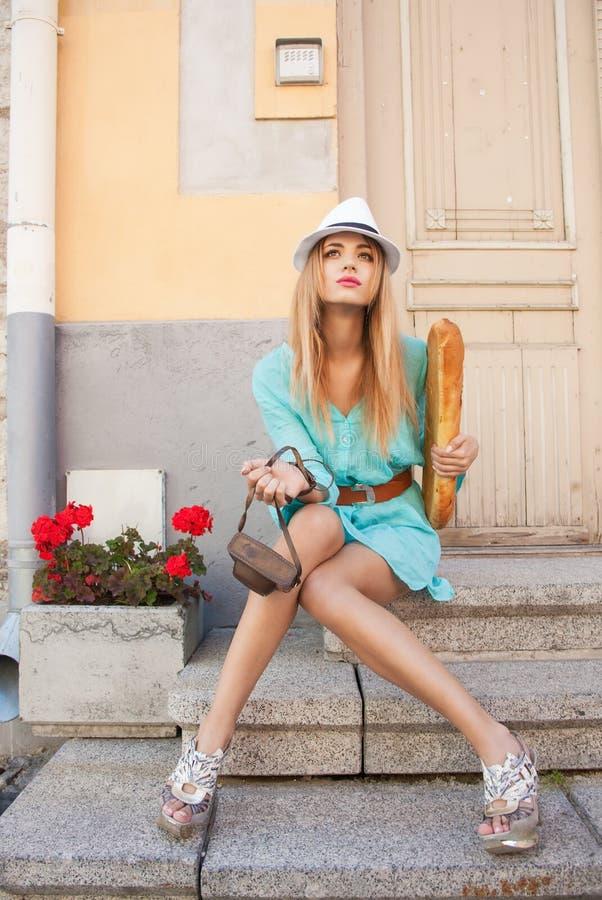 Modello di moda nella città fotografia stock libera da diritti