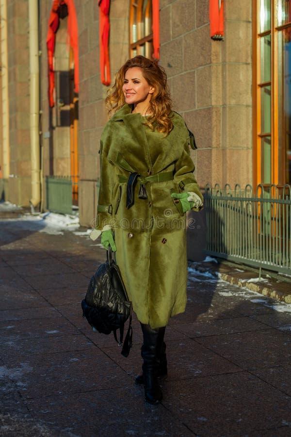 Modello di moda perfetto della donna della testarossa in cappotto verde all'aperto fotografia stock libera da diritti