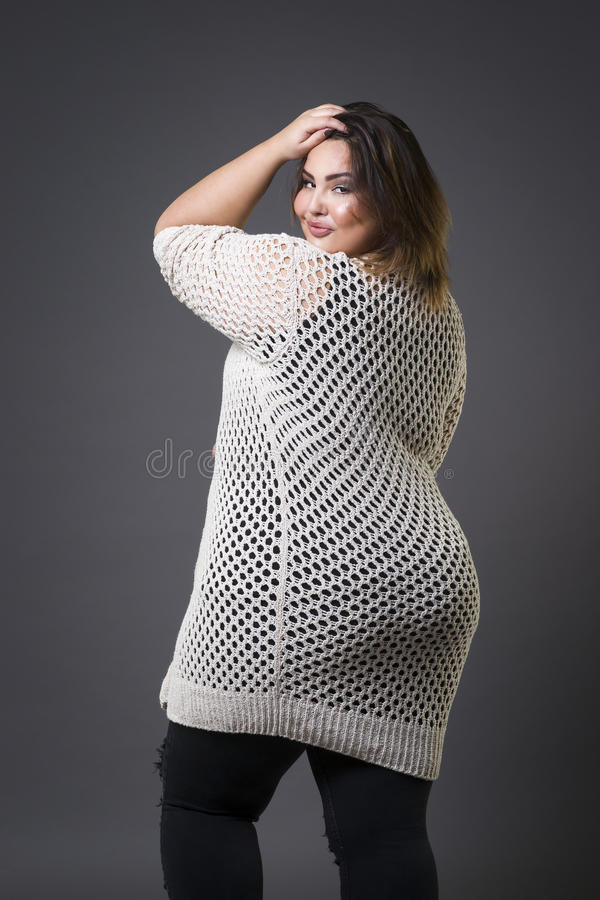 Modello di moda più in abbigliamento casual, donna grassa su fondo grigio, ente femminile di peso eccessivo di dimensione fotografia stock libera da diritti