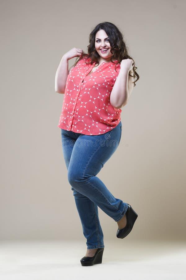 Modello di moda più in abbigliamento casual, donna grassa sul fondo dello studio, ente femminile di peso eccessivo di dimensione fotografie stock