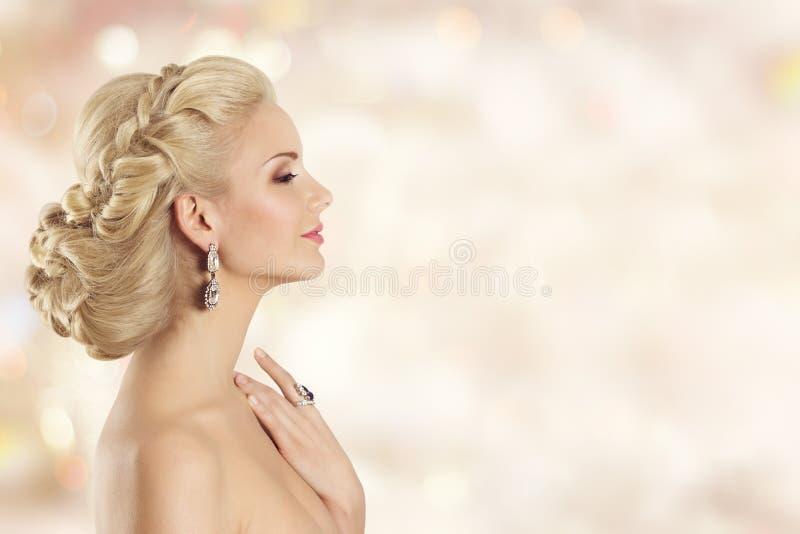 Modello di moda Profile Beauty, ritratto dell'acconciatura della donna elegante fotografia stock