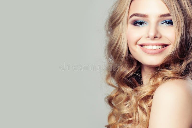 Modello di moda sorridente della donna con capelli ricci biondi immagini stock
