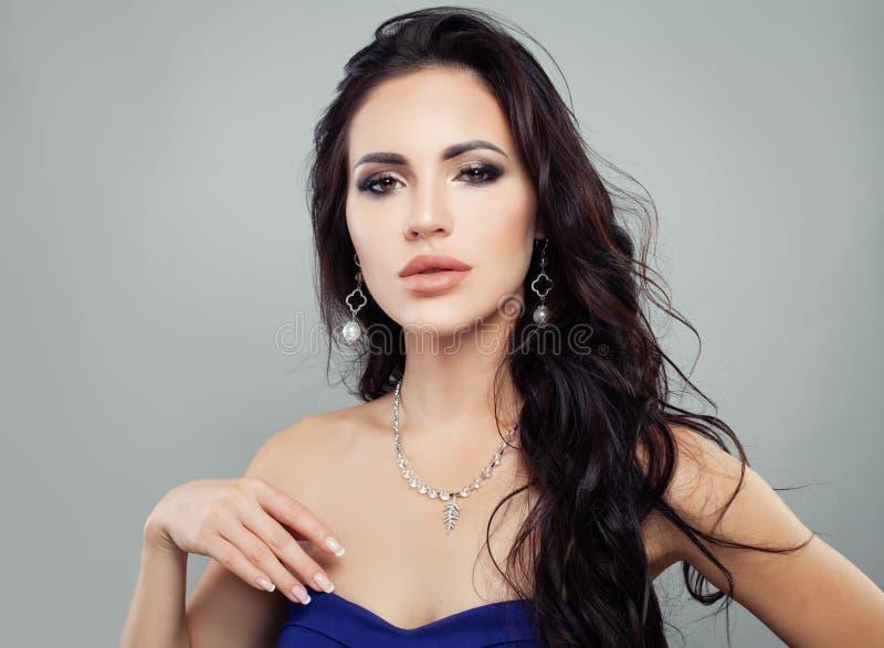 Modello di moda splendido della donna con gli orecchini dell'argento della perla fotografie stock