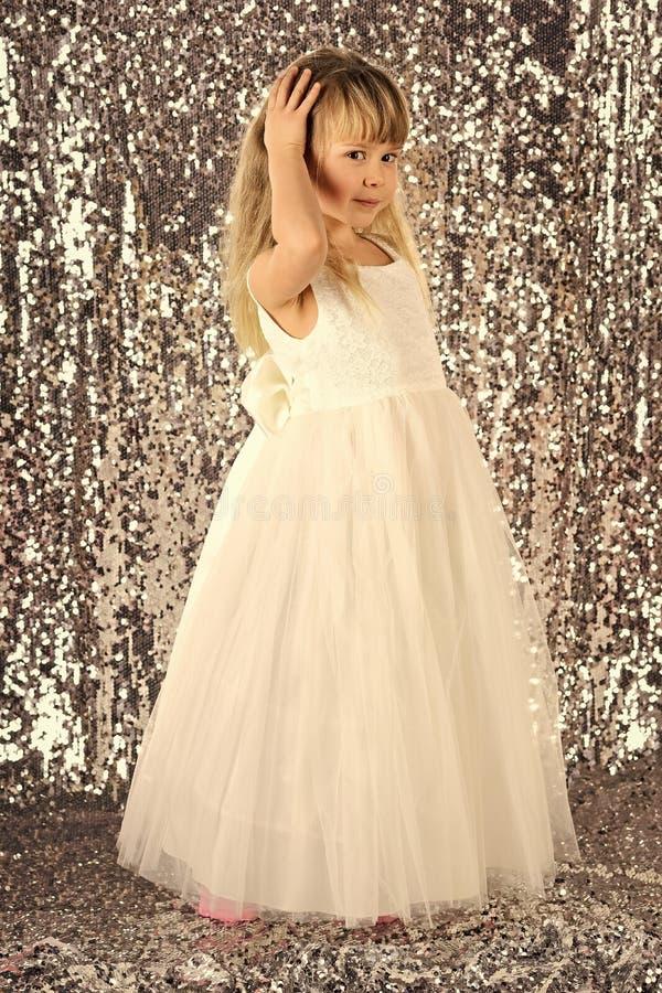 Modello di moda su fondo d'argento, bellezza Bambina in vestito alla moda, promenade Modo e bellezza, piccola principessa fotografia stock