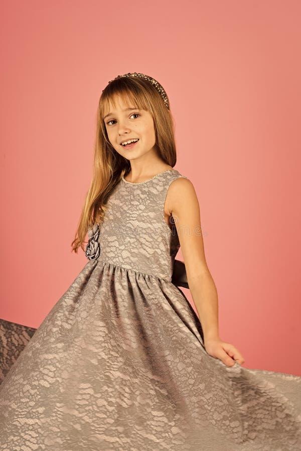 Modello di moda su fondo rosa, bellezza Bambina in vestito alla moda, promenade Modo e bellezza, piccola principessa fotografie stock libere da diritti