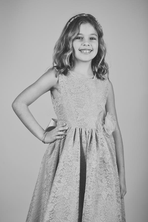 Modello di moda su fondo rosa, bellezza Bambina in vestito alla moda, promenade Ragazza del bambino in vestito alla moda da fasci immagine stock libera da diritti