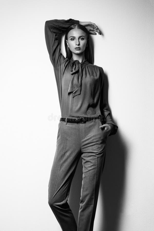 Modello di moda su un fondo bianco Ritratto in bianco e nero di immagine stock
