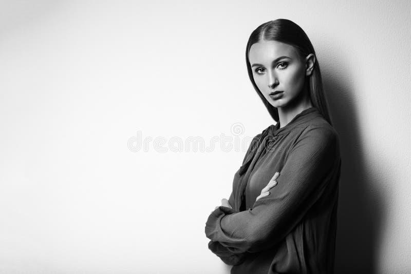 Modello di moda su un fondo bianco Ritratto in bianco e nero di immagini stock