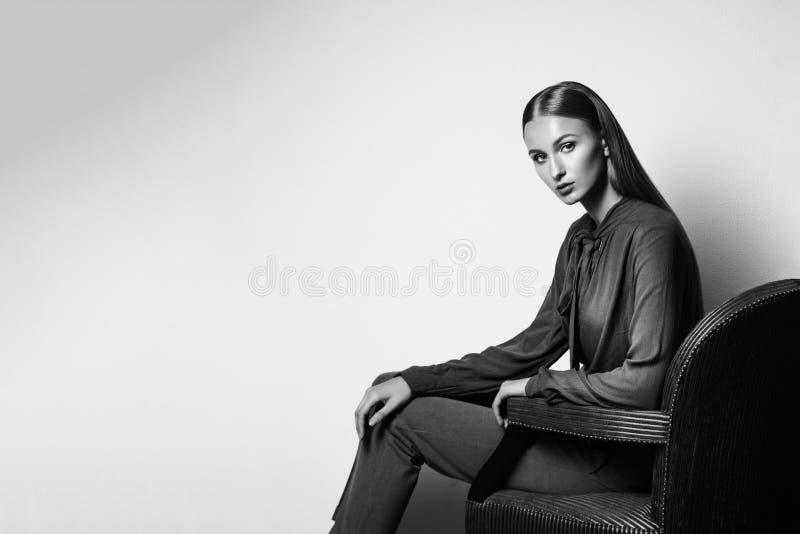 Modello di moda su un fondo bianco Ritratto in bianco e nero di fotografie stock libere da diritti
