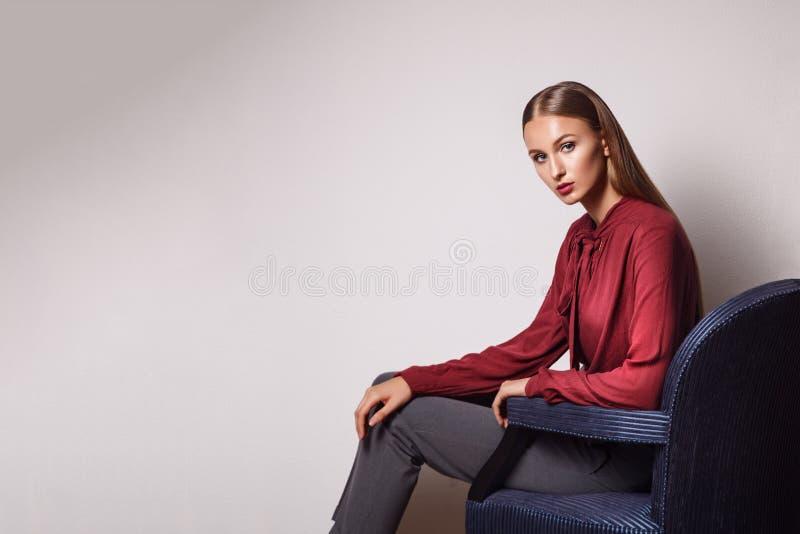 Modello di moda su un fondo bianco Ritratto di bei giovani fotografie stock
