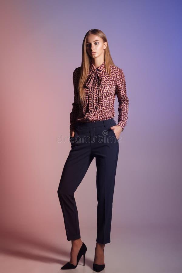 Modello di moda su un fondo variopinto Bella giovane donna dentro fotografia stock