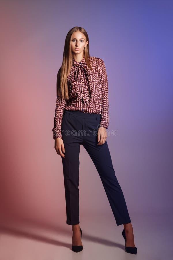 Modello di moda su un fondo variopinto Bella giovane donna dentro fotografia stock libera da diritti