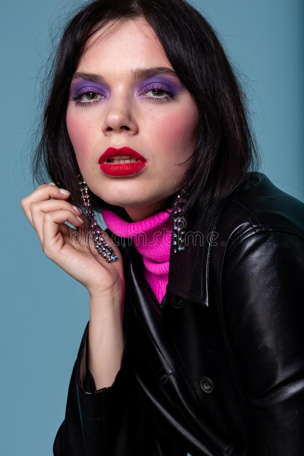 Modello di moda in uno studio, modello con labbra rosse fotografia stock