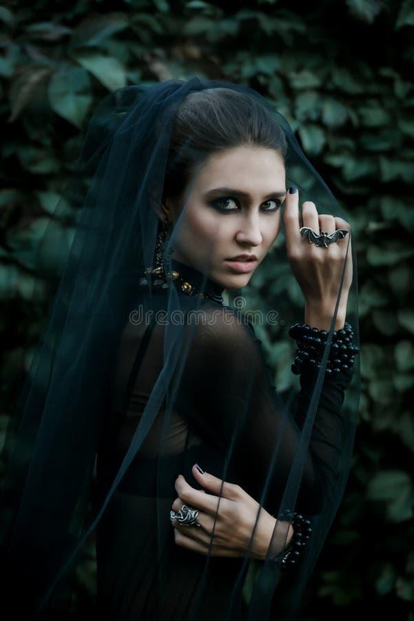 Modello di moda vestito nello stile gotico vamp fotografia stock libera da diritti